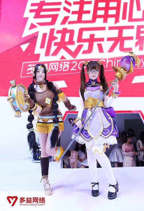 【《神之物语》萨满祭司(左)、奥术法师(右)】