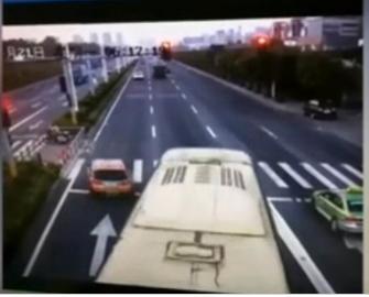 女司机闯红灯被赞 闯红灯还能被赞?