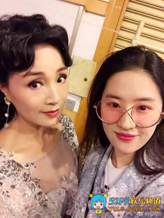 刘亦菲陪妈妈逛街 原来刘亦菲的颜值是家里最丑的