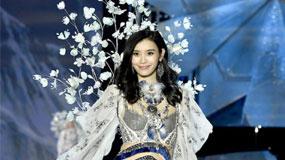2017维密秀20日上海开启 中国天使奚梦瑶T台遭遇尴尬摔倒