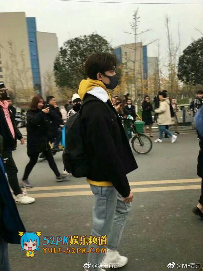 吴磊低调现身成都艺考现场 穿黑色外套时尚帅气