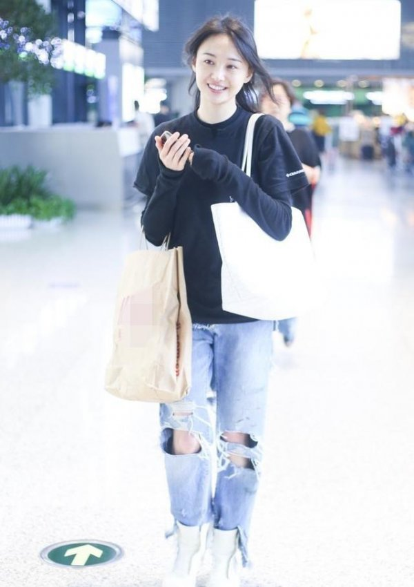 郑爽和粉丝机场热聊 网友:无良印品袋子亮了