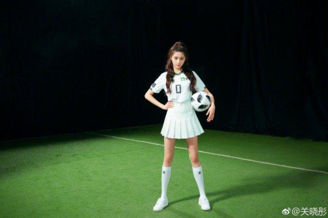 关晓彤踢足球有模有样 网友:这么巧你们都是球迷