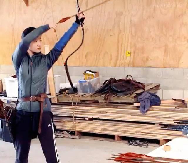 刘亦菲为拍摄《花木兰》练习射箭花絮照 素颜依旧美