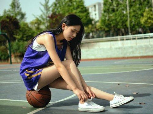 和可爱的美女一起打篮球[4K] VR超清全景视频